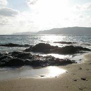 砂浜は小石混じり