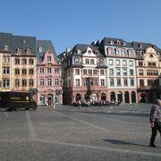 伝統的建物に囲まれた広場