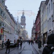 旧市街のにぎやかなメインストリート