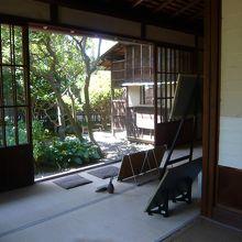 室内です。庭も入るように写してみました。