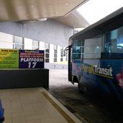 市内発の近郊バスは2階到着階に到着します。