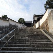 観龍寺へ続く階段上から美観地区を眺めると違った風景が楽しめます