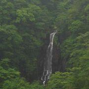 お釜に登る途中の滝