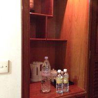 冷蔵庫上の棚、上部に何故か仏像の首オブジェ