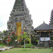 美しい佇まいの寺院が並んでいる。