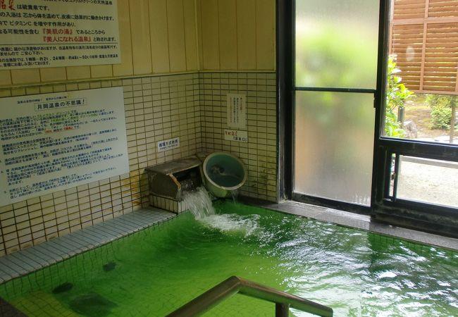 エメラルドグリーンの湯が人気