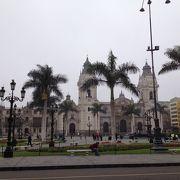 アルマス広場すぐ横の大きな教会です。