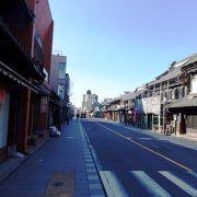 関東各地のだるま商・約50店が並ぶ川越初大師だるま市