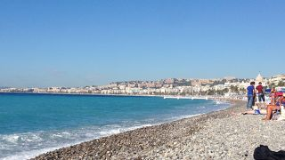 石畳のビーチ。