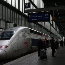 シュトットガルト駅をパリに向けて出発するTGV