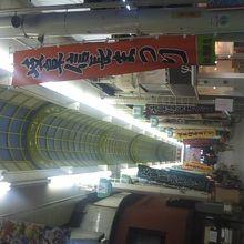 信長まつりの幟がズラッと並ぶ柳ケ瀬商店街の様子