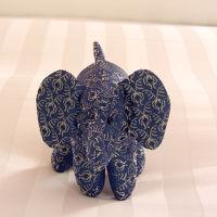 バンコクのコンラッドらしく、ぬいぐるみはタイシルクの象さん。