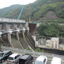 巨大ダムです 放水していました 工事中でした 2014年9月