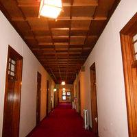 客室に至る廊下。赤じゅうたんに趣きのあるドアがステキです。