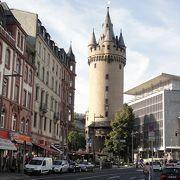 街中に残る存在感ある塔