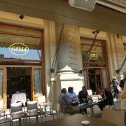 共和国広場に面している老舗のカフェでコーヒーを飲む
