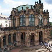 広大な中庭を取り囲む荘厳な宮殿