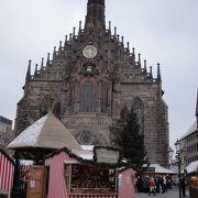 テラスから広場のクリスマスマーケットを見下ろせます
