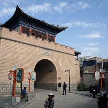 丹葛爾古城内の楼門