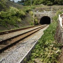 トンネルの上が古戦場