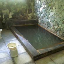 やや狭くてやや熱い。ぬるい湯に長く浸かりたかった。