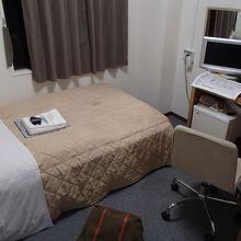 洋室シングル。寝るだけのスペースしかないと思ったほうが良い。