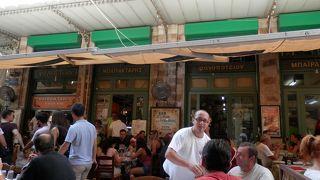ギリシャ市内・地下鉄のモナスティラキ駅の広場に面しているケバブ類が美味しい有名なカフェ、タナシス!