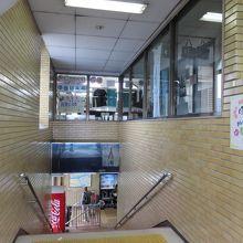 改札からは階段でアクセスします
