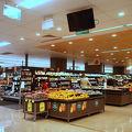 大きなスーパー。お土産もお得に揃う