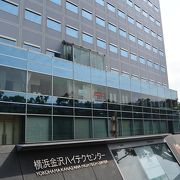金沢区埋立地に立つハイテク支援施設