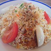 人気メニューのビリヤニを食べる