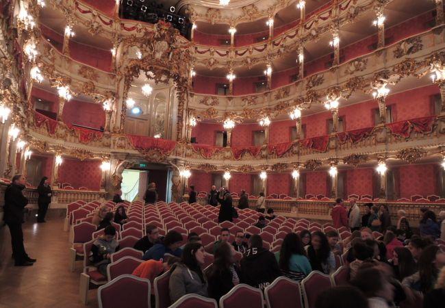 小ぶりな劇場ですがさすが王宮劇場、豪華です