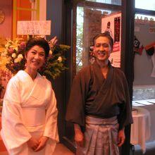 主役の伊佐庭如矢夫妻役の西村仁さんと加藤富子さん