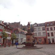 ハイデルベルクの姿がみえる広場
