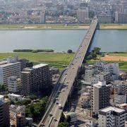 橋の上から大阪湾に向かって広がる淀川河口部の眺めは抜群