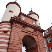 二つの尖塔の門に中世を感じます。