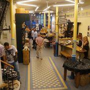 エストニアの手工芸品や食品が並びます