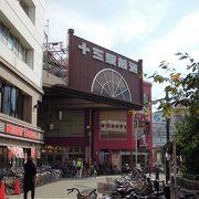 神津神社への参道として人が集まり自然発生的に形成された商店街