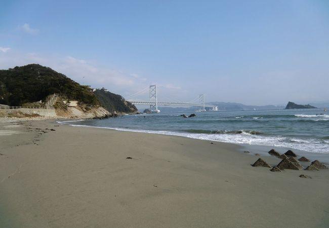 鳴門公園の丘の手前のきれいな砂浜。