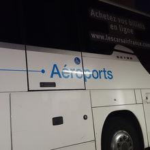 モンパルナスに待機しているバス