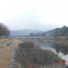 一本道路を渡った加茂川の風景