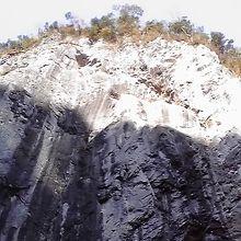 石灰岩の白い模様がくっきりと見えます。