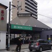 広島電鉄宮島線の駅で、宮島に渡るフェリー乗り場前まで、この電車で行くことができます。