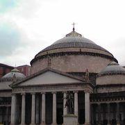 広場に面する聖堂