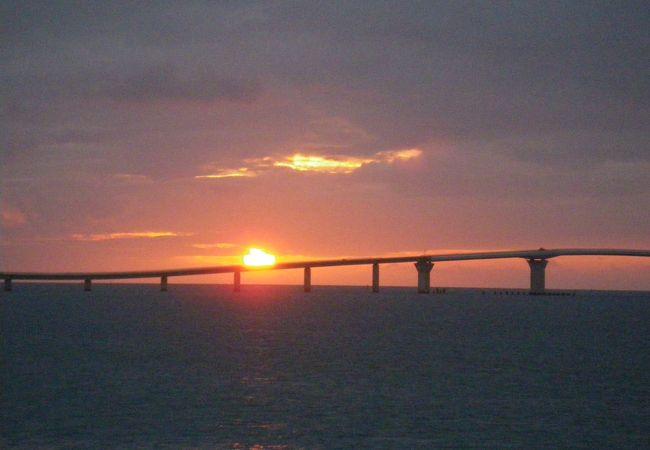 日没を迎えた、完成間近の伊良部大橋です