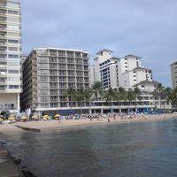 外観(左から2番目がホテル)左の建物が並行してある。