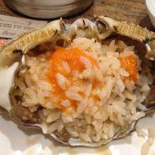蟹の甲羅にご飯を入れて、海苔で巻いて食べます。