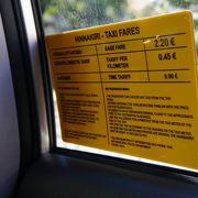 窓に料金表が貼ってあり安心です