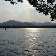 遊覧船で行く西湖に浮かぶ小島