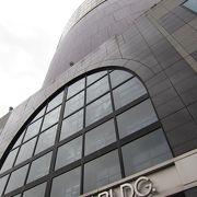 丸いビルのコンサートホール